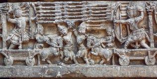 Künstlerisches reloief mit Kriegern Szene und Armee von Soldaten mit Bogen, Pfeile Grafik des des 12. Jahrhundertstempels in Indi Stockfotos