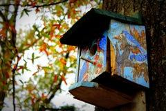 Künstlerisches Vogelhaus stockfotos