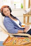 Künstlermädchen, das Entspannung genießt Stockbild