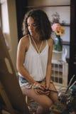 Künstlermädchen malt Bild auf Segeltuch im Studio Lizenzfreie Stockfotografie