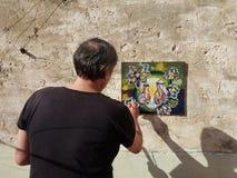 Künstlermaler auf der Terrasse Lizenzfreies Stockfoto