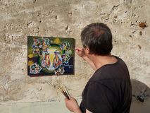 Künstlermaler auf der Terrasse Stockbild