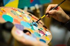 Künstlermalerei mit Acrylfarben und mischenden Tönen Lizenzfreie Stockfotos
