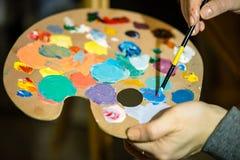 Künstlermalerei mit Acrylfarben und mischenden Tönen Lizenzfreies Stockfoto