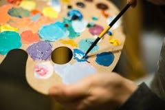 Künstlermalerei mit Acrylfarben und mischenden Tönen Stockbild