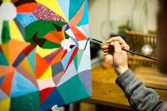 Künstlermalerei mit Acrylfarben und mischenden Tönen Stockfoto