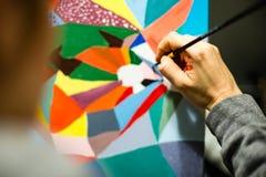 Künstlermalerei mit Acrylfarben und mischenden Tönen Stockbilder
