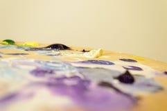 Künstlermalerei mit Acrylfarben und mischenden Tönen Lizenzfreies Stockbild