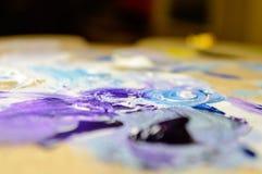 Künstlermalerei mit Acrylfarben und mischenden Tönen Stockfotografie