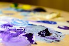 Künstlermalerei mit Acrylfarben und mischenden Tönen Stockfotos