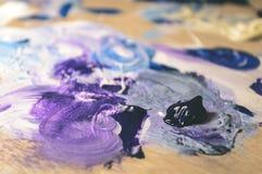 Künstlermalerei mit Acrylfarben und mischenden Tönen - Weinlese O Stockbilder