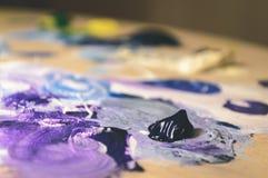 Künstlermalerei mit Acrylfarben und mischenden Tönen - Weinlese O Lizenzfreie Stockfotografie
