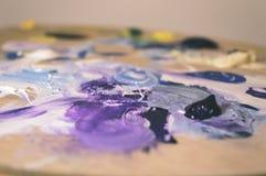 Künstlermalerei mit Acrylfarben und mischenden Tönen - Weinlese O Stockfoto