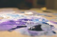 Künstlermalerei mit Acrylfarben und mischenden Tönen - Weinlese O Stockbild