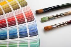 Künstlermalerpinsel mit Farbproben stockbilder