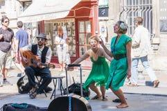 Künstlermusiker, die draußen weg während Avignon-Festivals durchführen lizenzfreie stockfotografie