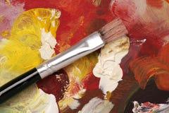 Künstlerpalette mit Lackpinselhintergrund Lizenzfreies Stockfoto