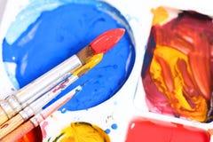 Künstlerpalette mit verschiedenen Farbfarben und -bürste Stockbilder