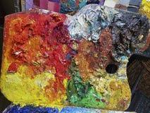 Künstlerpalette voll mit bunter Ölfarbe stockfotografie