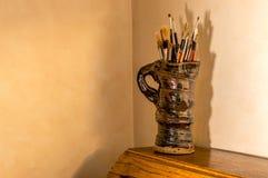 Künstlerpinsel im Tonwarenkrug Lizenzfreies Stockbild