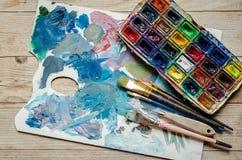 Künstlerpinsel und Aquarell Paintbox lizenzfreie stockfotos