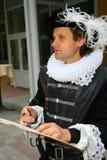 Künstlertrickzeichner im Kostüm eines Renaissancemalers Lizenzfreie Stockbilder