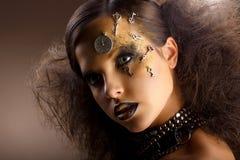 Künstlertum. Außerordentliche glänzende Frau in den Schatten. Goldenes Make-up. Kreativität lizenzfreies stockbild