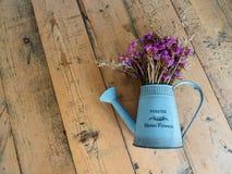 Künstliche Blume, Inneneinrichtung, auf Holztisch Stockbilder