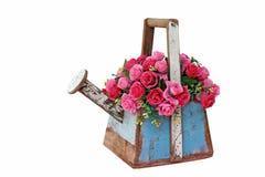 Künstliche Blume Rose im hölzernen Blumentopf lokalisiert auf Weiß Stockfoto