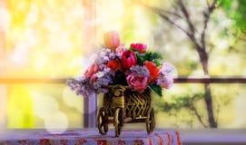 Künstliche Blumen auf dem Tisch, das Wohnzimmer Lizenzfreies Stockfoto