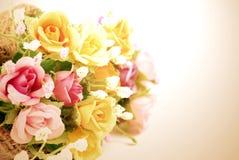 Künstliche Blumen gemacht vom Stoff auf weißem Hintergrund Lizenzfreies Stockfoto