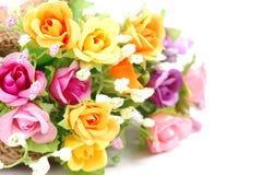 Künstliche Blumen gemacht vom Stoff auf weißem Hintergrund Stockbilder