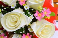 Künstliche Blumen gemacht vom Stoff auf weißem Hintergrund Stockfotos