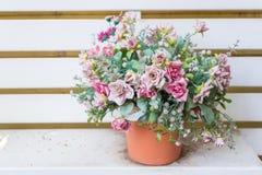 Künstliche Blumen im Korb im Weinlesethema Lizenzfreie Stockfotografie
