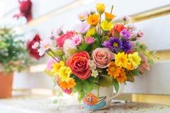 Künstliche Blumen im Korb im Weinlesethema Stockfotografie
