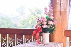 Künstliche Blumen im weißen Vase Stockfotos