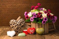 Künstliche Blumen und Herzform lizenzfreie stockbilder