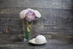 Künstliche Blumen und Zefir Stockfotografie