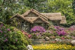 Künstliche chinesische landschaftlich gestaltete Gärten - ein Gedicht von Blumen, Steine Lizenzfreies Stockfoto