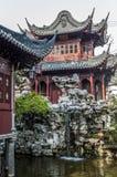 Künstliche chinesische landschaftlich gestaltete Gärten - ein Gedicht von Blumen, Steine Lizenzfreie Stockfotografie