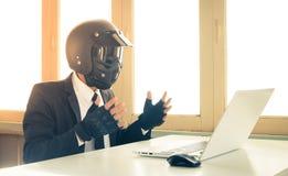 Künstliche Intelligenz-Geschäftsmann Concept Confuse Weinlese AI oder Durcheinander mit Systemfehler stockbild