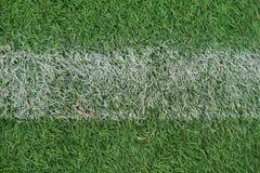 Künstliche Leichtathletik mit grünem Gras kombinierte mit künstlichem Gras lizenzfreie stockfotografie