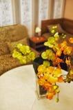Künstliche Orchideen im Wohnzimmer Lizenzfreies Stockbild