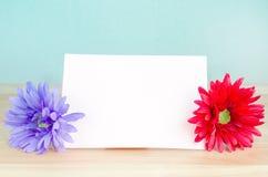 Künstliche Pastellblume mit weißem Briefpapier Lizenzfreies Stockfoto