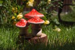 Künstliche Pilze auf einem grünen Rasen, Pilze eines Fliegenpilzes Stockbild