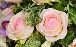 Künstliche rosafarbene Blumen auf Naturhintergrund Stockfoto