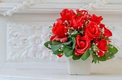 Künstliche Rosen in der Weinleseart Lizenzfreies Stockfoto