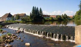Künstliche Schleuse und Dorf auf dem Otava-Fluss, Spritzwasser eingefroren, Schönheit von Tschechen lizenzfreie stockbilder