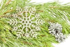 Künstliche Schneeflocke des neuen Jahres auf Tannenbaumast-Weihnachten-backg lizenzfreies stockfoto