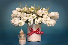 Künstliche Schneeglöckchen in einem Vase Stockfoto
